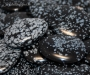 Lumehelbe obsidiaan lapik kivi