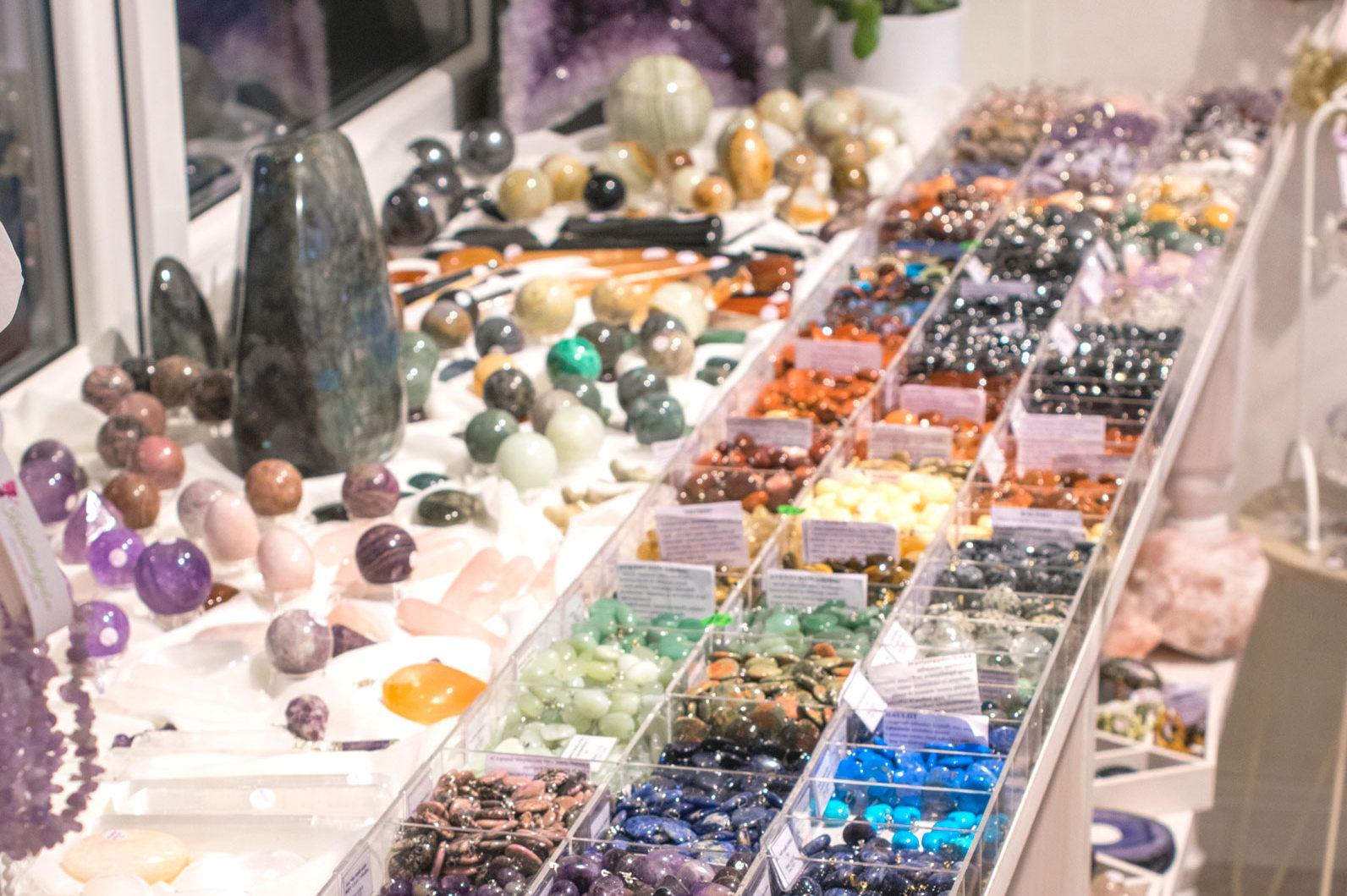 84a24fa38c9 ... käevõrud, kaelakeed, malad palvehelmestega, amuletid-talismanid ja  kõrvarõngad. Kuid teada-tuntud on ka Kristallihaldjate pühitsusega  käsitöö-käevõrud.