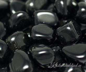 Obsidiaan must lihvitud