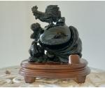 Obsidiaan feng shui õnnekuju puidust alusel